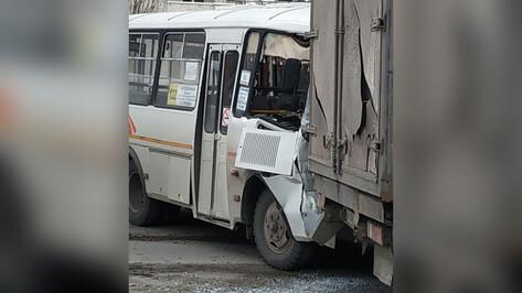 Семь человек пострадали при столкновении 2 автобусов в Воронеже