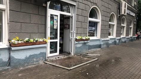 После ливня у дома в центре Воронежа отвалилась часть лепнины