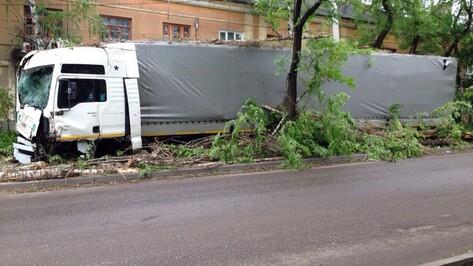 В Воронеже фура вылетела на тротуар