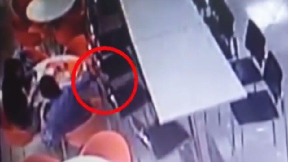 В Воронеже на видео попала кража женской сумочки на фудкорте в ТЦ