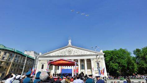Над Воронежем во время парадного шествия впервые пролетели боевые самолеты (ФОТО)