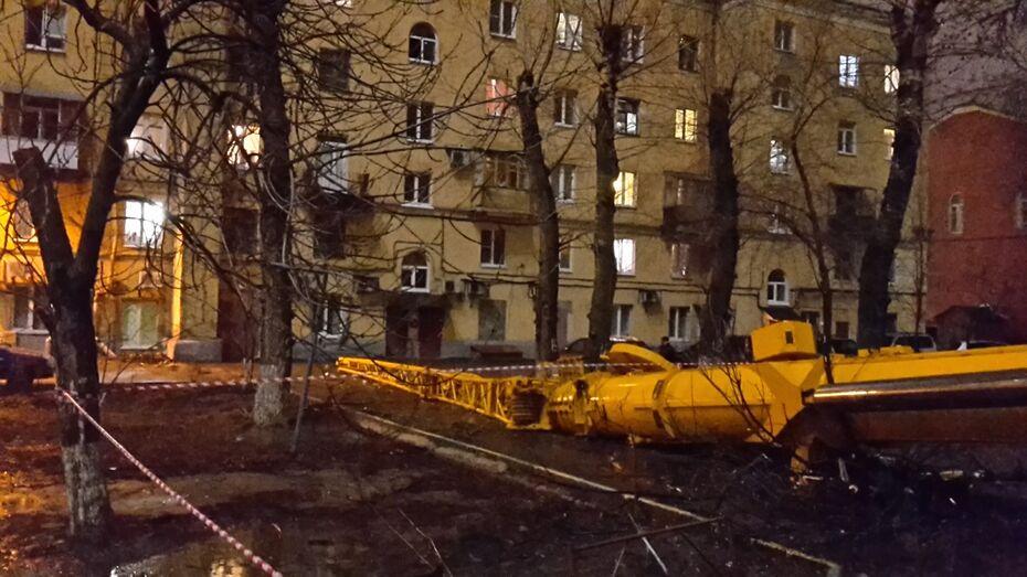 В центре Воронежа строительный кран упал во двор жилого дома
