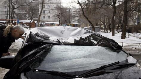 Воронежец подаст в суд на управляющую компанию из-за падения льда на иномарку