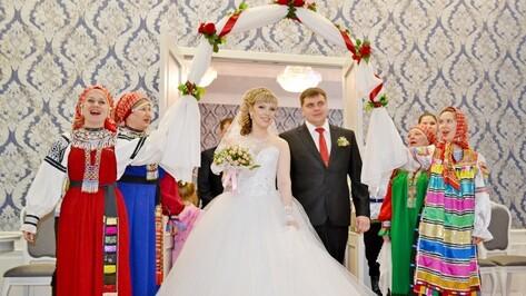 Бутурлиновских молодоженов поздравили обрядовыми песнями русской свадьбы