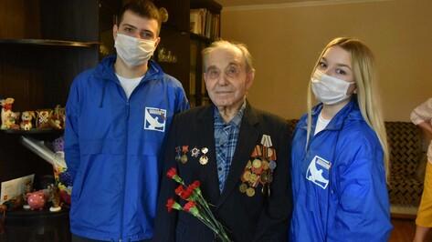 «Берегите мир, внучки!» Волонтеры Победы вручили воронежским ветеранам подарки и гвоздики