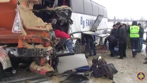 Последствия ДТП с автобусом и дорожной машиной под Воронежем попали на видео