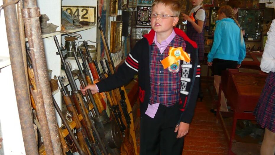 Верхнемамонские школьники примерили каски и взяли в руки винтовки военных лет