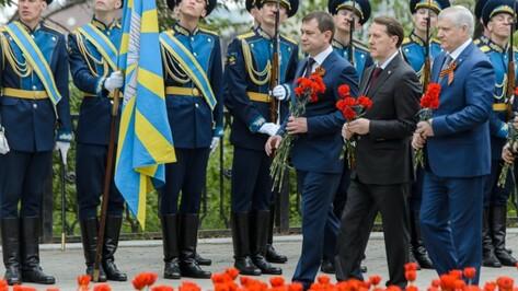 В Воронеже губернатор возложил цветы к могиле Неизвестного солдата
