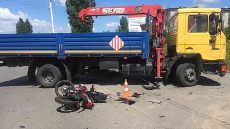 В Воронежской области после лобового столкновения с грузовиком погиб водитель мопеда