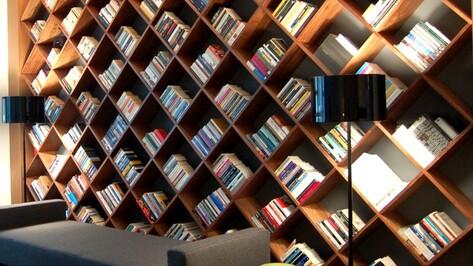 На книжной полке читающего воронежца специалисты насчитали 70 самых любимых книг (СПИСОК)