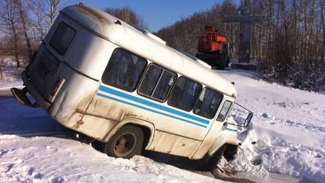 В Новоусманском районе служебный автобус  улетел в кювет
