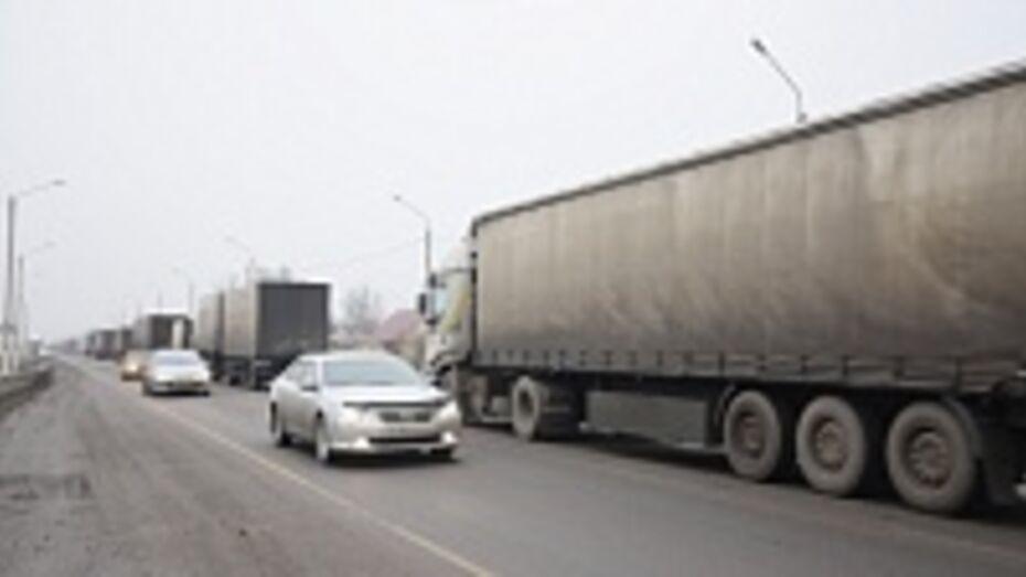В Воронежской области водители фур устроили многокилометровую пробку на трассе