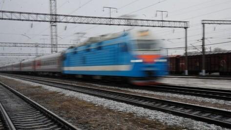 В Воронеже поезд сбил женщину на железнодорожном переезде
