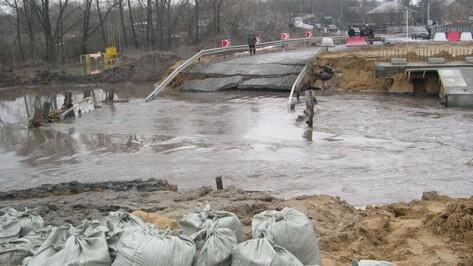 Разрушенный паводком временный мост через реку Полубянка в Острогожском районе обещают восстановить уже сегодня