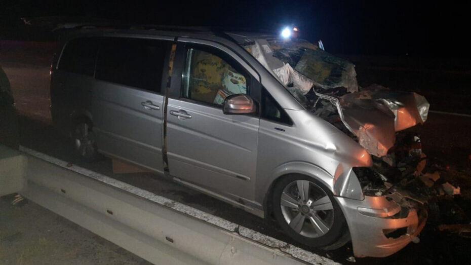 В Воронежской области минивэн врезался в ехавший перед ним КамАЗ: водитель погиб