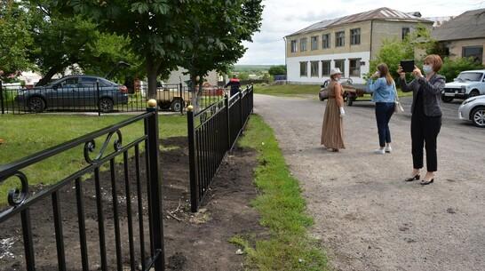 В нижнедевицком селе Першино активисты установили изгородь напротив досугового центра