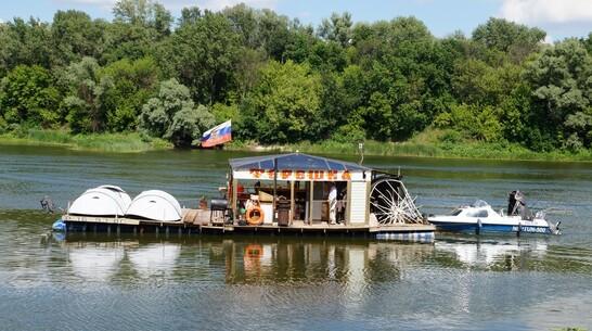 Житель Богучара построил плот из 70 металлических бочек