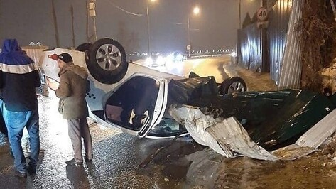 Такси опрокинулось на набережной Массалитинова в Воронеже