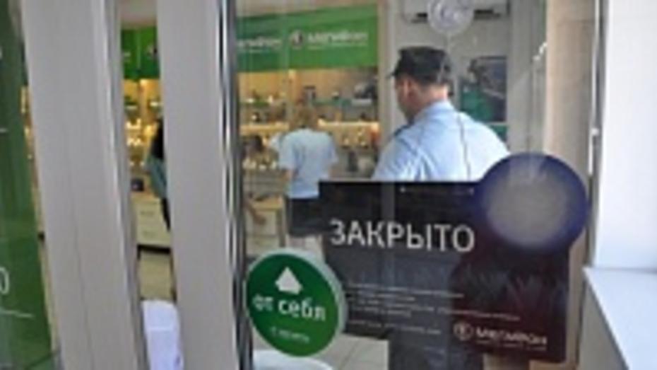 Павловские приставы арестовали имущество местного предпринимателя в салоне сотовой связи