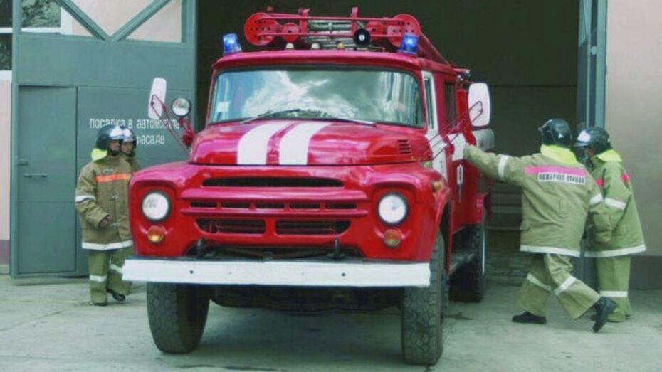 В Лисках пожарные вызволили из огня пожилую женщину