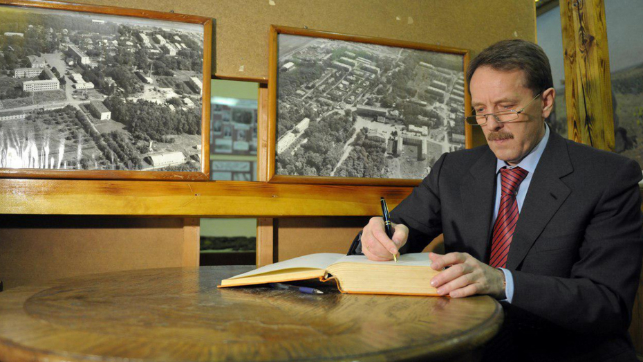 Экс-губернатор Алексей Гордеев отдал свою воронежскую библиотеку в Никитинку