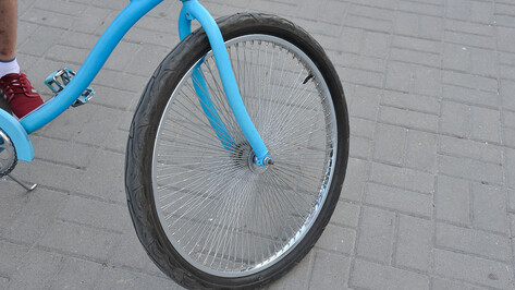 Школьник на велосипеде попал под колеса кроссовера во дворе дома в центре Воронежа