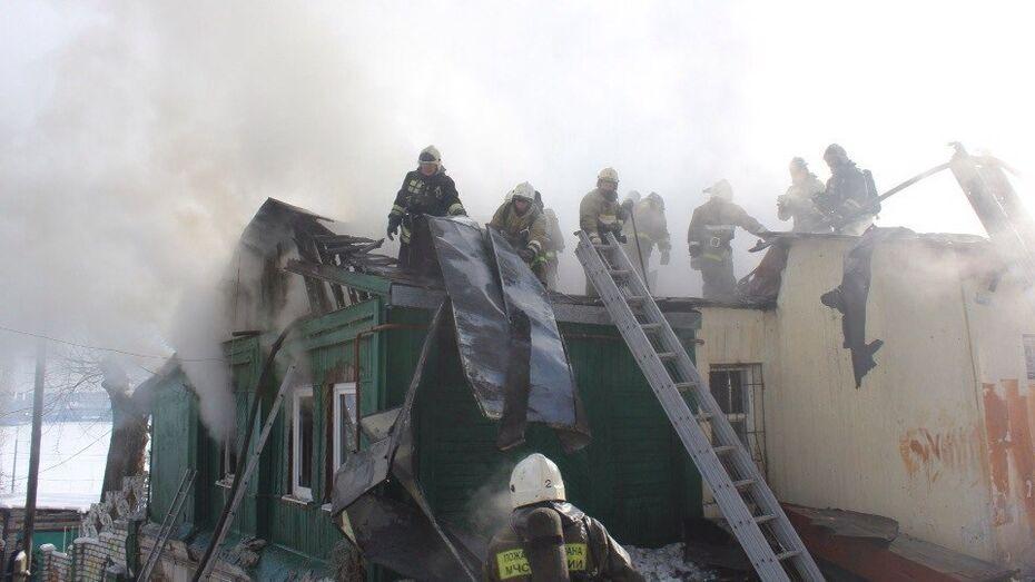 Загоревшийся частный дом в центре Воронежа тушили 30 пожарных