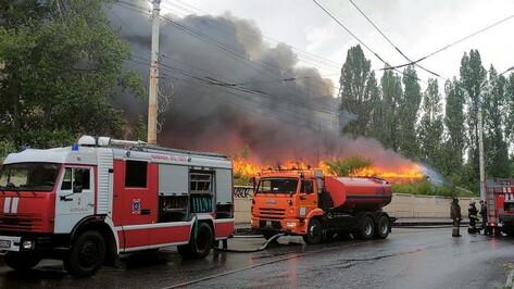 Очевидцы поделились фото и видео крупного пожара на складе в Воронеже
