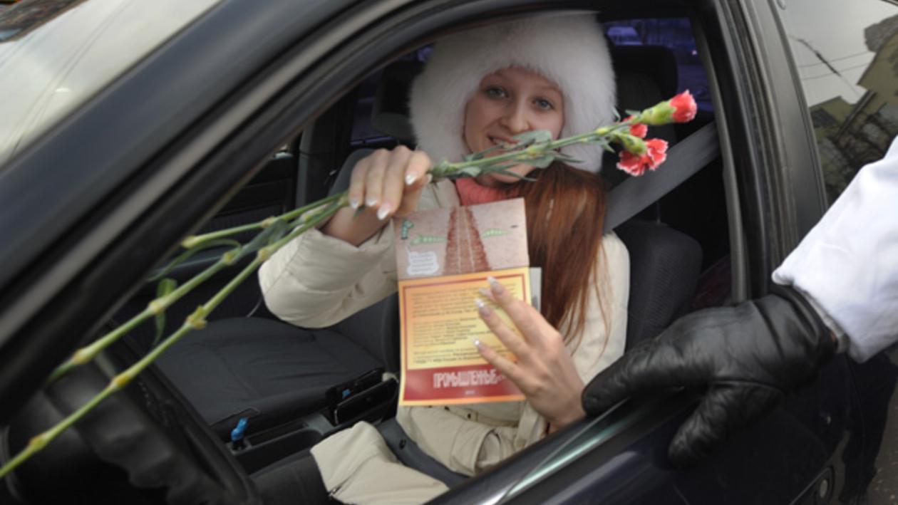 Воронежские госавтоинспекторы поздравили женщин-автолюбительниц