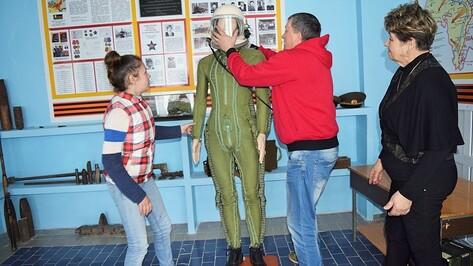 В Рамони пилот подарил школьному музею снаряжение военного летчика