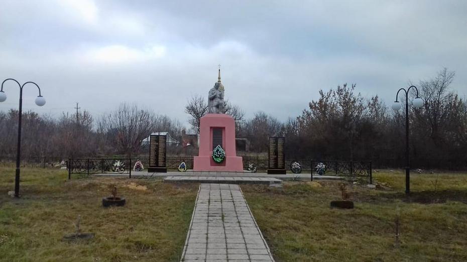 В селе Нижний Мамон активисты благоустроили воинское захоронение