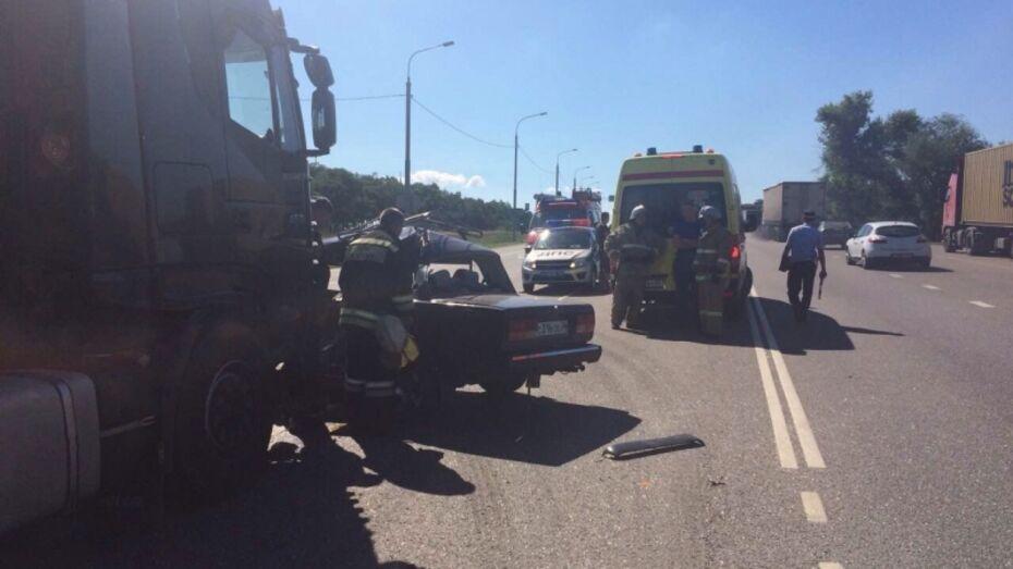 Очевидцы: при столкновении 2 машин в Воронежской области погиб мужчина