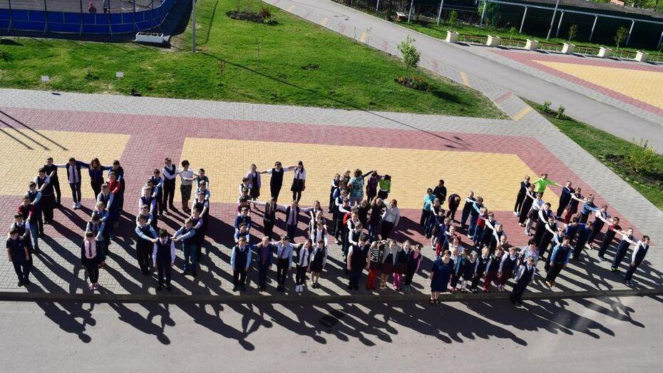 Каширские школьники выстроились в форме слова «Победа!»