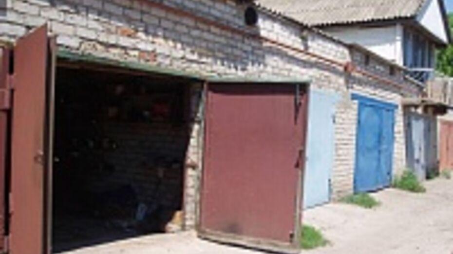 В Воронеже спасателям пришлось взламывать гараж, в котором повесился мужчина