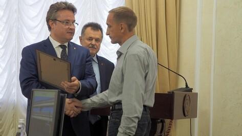 В Воронеже наградили спасителей спрыгнувшей с Северного моста девушки