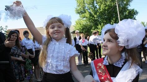 В ольховатском селе последний звонок прозвучал для одной выпускницы