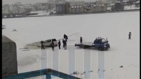 В Воронеже иномарка провалилась под лед на водохранилище
