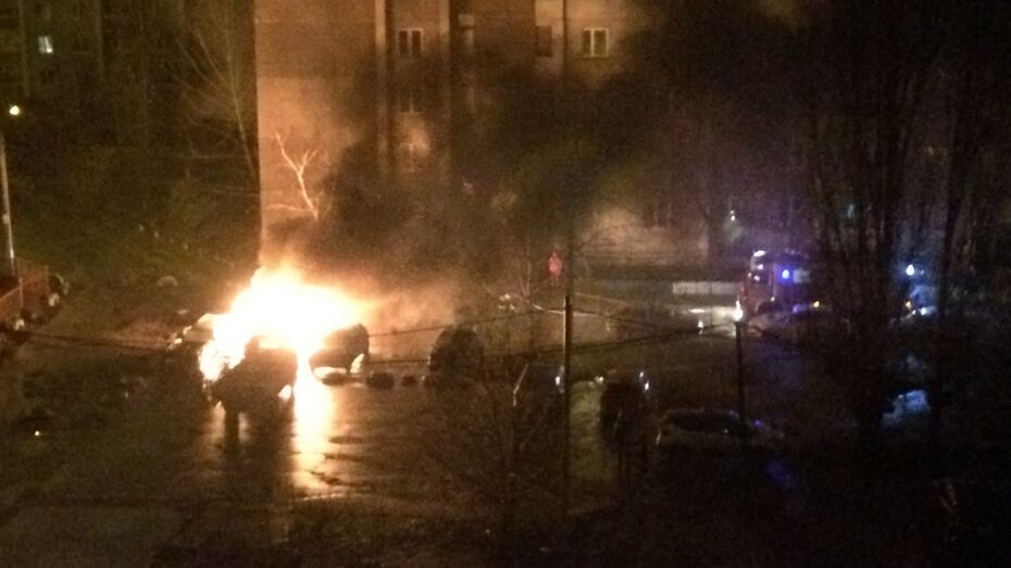 В Коминтерновском районе Воронежа загорелись 5 машин