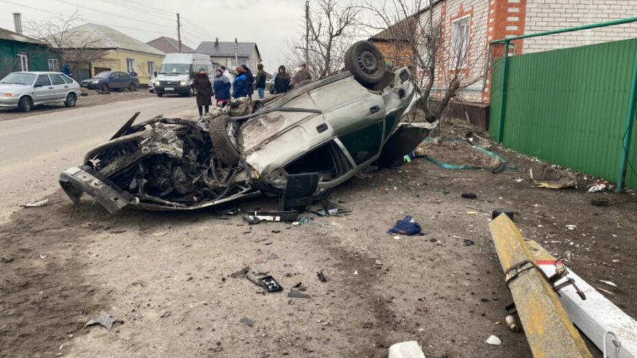 Житель Воронежской области на иномарке врезался в столб и погиб