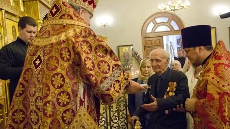 В Лисках митрополит Воронежский и Лискинский Сергий вручил ветеранам подарки