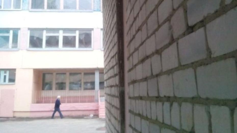 Возле воронежской школы №93 снесли гараж с покосившейся стеной