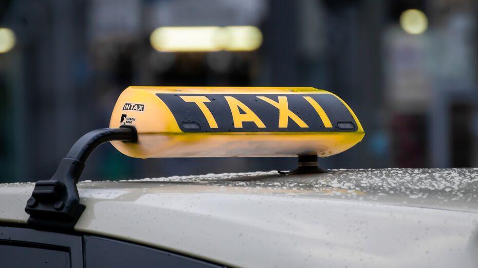 Такси перевернулось возле воронежского ТЦ после столкновения с другим авто