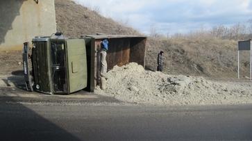 На участке автодороги «Бобров-Новохоперск» опрокинулся грузовик