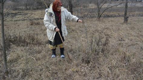 «Посажу здесь цветы». Как семья в воронежском селе похоронила на огороде 4 солдат