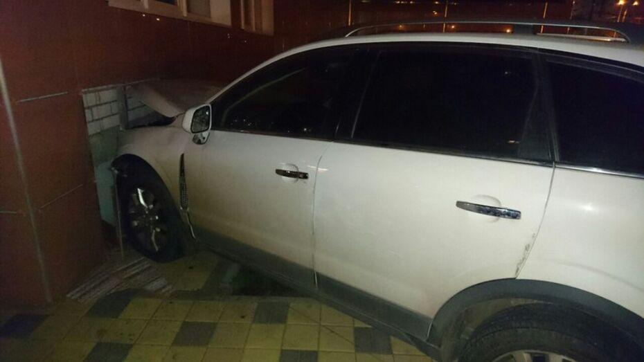 В Воронеже иномарка проломила два забора и врезалась в дом