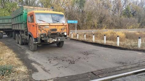 Поезд врезался в КамАЗ на железнодорожном переезде в Воронежской области