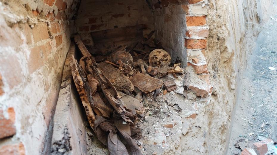 В Верхнемамонском районе во время земляных работ обнаружили старинный склеп