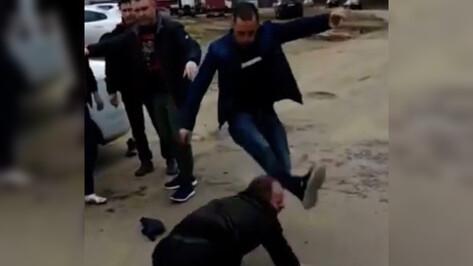 Видео: в Воронеже двое мужчин избили таксиста
