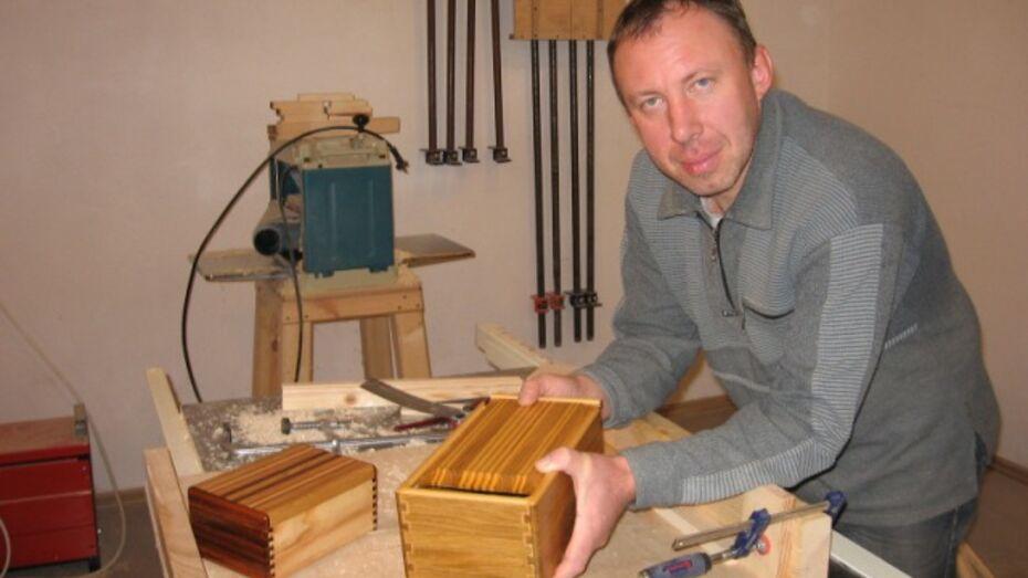 Умелец из Каменского района изготавливает шкатулки, лодки и гитары