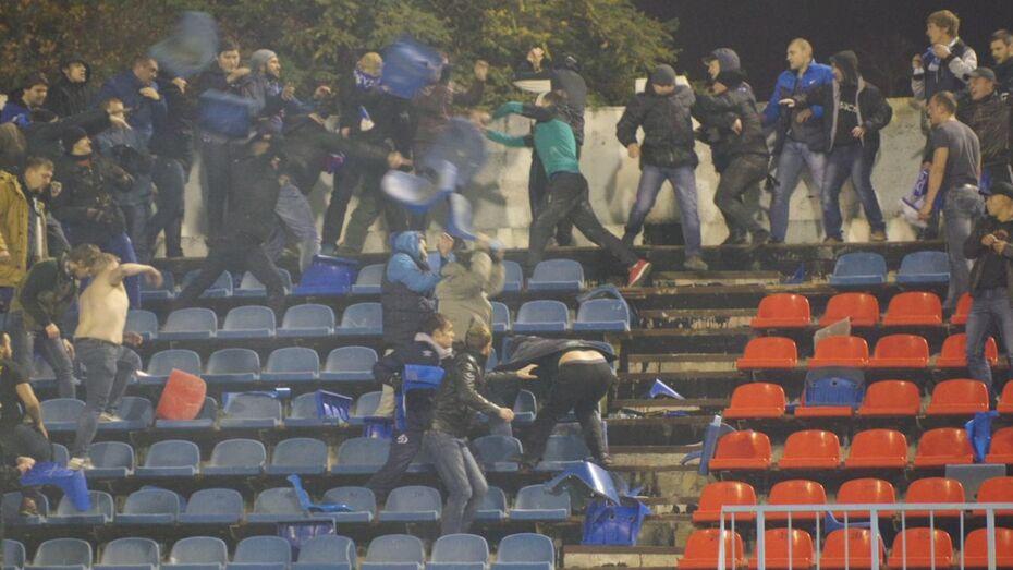 В Воронеже матч «Факела» и «Динамо» прервали из-за массовой драки фанатов